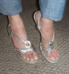 rosa040 (J.Saenz) Tags: feet foot pies fetichismo podolatras pieds mujer woman dedo toe pedicure nail ua polish esmalte pintada toenail zapatos shoes tacones heels tacos tacchi schuh scarpe shoefetish shoeplay sandals sandalias zuecos clogs wedges cua pantalones trausers vaqueros jeans tejanos denim lewis bluejeans