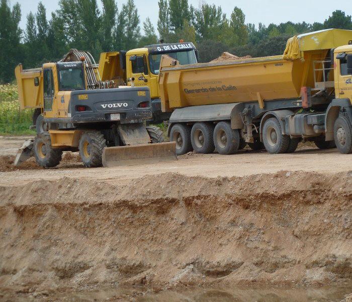 Máquinas trabajando en fosa de más de 4m