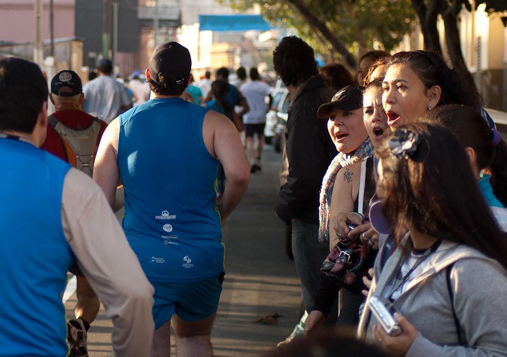 Los atletas participantes del Maratón del Bicentenario reciben aliento de parte de sus amigos y familiares en la carrera correspondiente a la categoría 10 kilómetros principiantes. (Elton Núñez - Asunción, Paraguay)