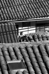 Voyeurismo. (Andy Ros Jara) Tags: roof bw girl analog chica cusco tejados voyeour voyerismo