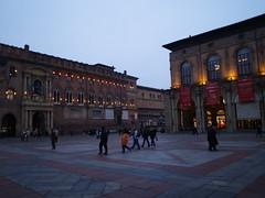 piazza maggiore al tramonto (Saretta-9) Tags: sunset italy sara italia december tramonto colours olympus bologna luci piazza olly dicembre 2010 emiliaromagna piazzamaggiore e400
