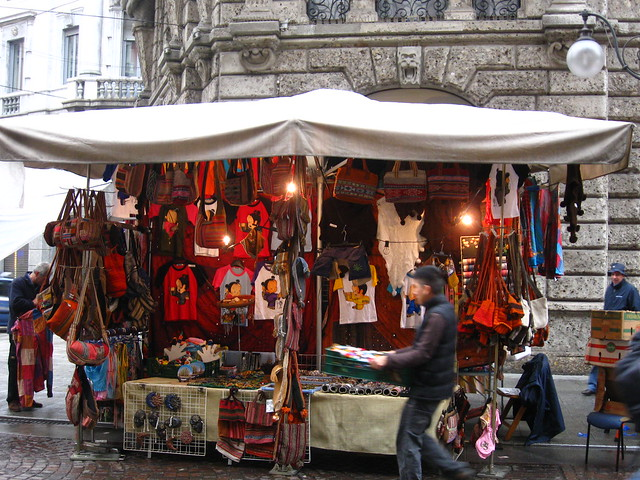 市場の洋服屋のフリー写真素材