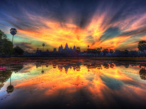フリー写真素材, 建築・建造物, 遺跡, 神社・仏閣・寺院, 朝日・朝焼け・日の出, 湖・池, アンコール・ワット, カンボジア,