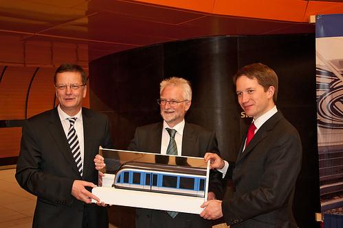 Dr. Hans-Jörg Grundmann, Herbert König und Florian Bieberbach präsentieren das Modell des neuen C2-Zugs
