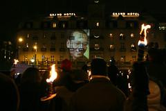 Fakkeltog for Liu Xiaobo som ikke var til stede, men et stort bilde av Fredsprisvinneren ble vist på fasaden til Grand Hotel
