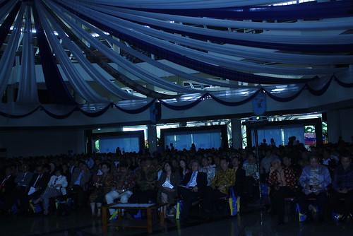 Penonton yang menikmati sambutan