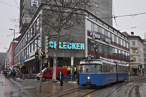 Nur noch wenige Meter hat P-Wagen 2021 am Hauptbahnhof vor sich, bis er die Endhaltestelle erreicht (Bild: Alfons Siebenweiber)