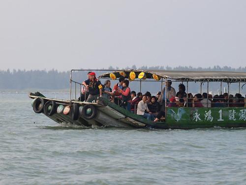 搭大型膠筏到台江內海上的沙洲上
