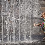 Petite fille à la fontaine, Budapest, Hongrie
