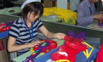 11a06 Trabajadora fábrica juguetes chinos