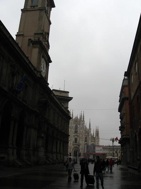 ミラノの大聖堂と時計台のフリー写真素材
