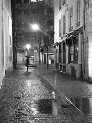 Un petit coin de parapluie (CCybo) Tags: street blackandwhite bw white black byn blancoynegro blanco monochrome rain umbrella noir noiretblanc lumire negro pluie nb lille rue nordpasdecalais blanc regen nord lampadaire parapluie pave pav rijsel pluvial incoloro nouveausicle scharwz straete