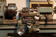 Machine et outils (Fil de fer) Tags: tour machine pointe vis huile clé lathe bouton mécanique laiton outil précision copeau limaille machineoutil