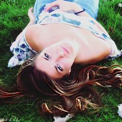 Mirando a camara!! (Nana ;-))) Tags: veroo verano otoo chica hierba hojas melena mirada girl green hair eyes autum sol sun
