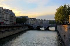 Paris et la Seine - HDR (julie.froo) Tags: bridge sunset paris france seine tramonto sonnenuntergang ponte pont brcke crpuscule hdr coucherdesoleil parigi crepuscolo pontsaintmichel justpentax