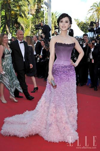 范冰冰继续盛装亮相电影《The_Artist_》首映礼。Atelier_Versace2011春夏的设计让她再展真正的红毯女王风范。Versace手拿包和卡地亚珠宝,让她风采加分。