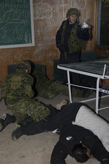 Simulation d'intervention de la Police militaire (Canadian Army | Arme canadienne) Tags: canada infantry helmet gloves soldiers qc weapons armes casque soldats gants infanterie valcartier dcamc cadrat