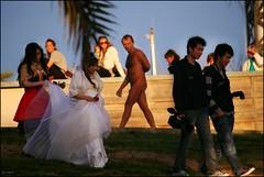 La nvia, la dama i els fotgrafs, o ... i tu que mires? (Pemisera) Tags: barcelona street nude calle nu barceloneta rue carrer nudismo novia stolenshot nuvia nudisme fotorobada borrowedphoto photovole pemisera