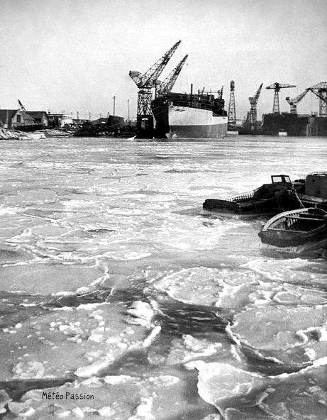 glaces dans les bassins gelés du port de Dunkerque pendant la vague de froid de février 1954