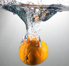 Orange splash 245/365 (le cabri) Tags: stilllife orange water fruit drops nikon tank splash d90 strobist cabriphoto