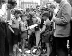 08-03-1951_09710 Jonge tekenaar op de Dam (IISG) Tags: summer boys amsterdam children kinderen step zomer jongens autoped benvanmeerendonk