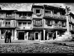 "Recorriendo ""Las Batuecas"" (Josepargil) Tags: plaza flores blancoynegro ventanas cruz 7d salamanca balcones crucero puertas castillaylen laalberca lasbatuecas josepargil"