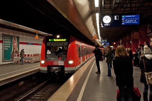 Der Sonderzug zum Welt-AIDS-Tag fährt in den Hauptbahnhof ein
