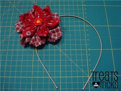 Yoyo flower tiara (treatsandtricks) Tags: tiara fabric cloths roupa flordetecido yoyoflowers flordefuxico