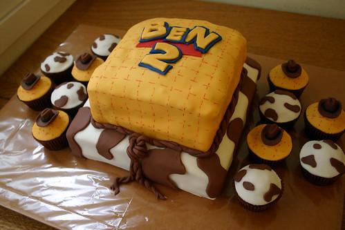 Dez/10 - Aníver Benjamin - Bolo e cupcakes Toy Story