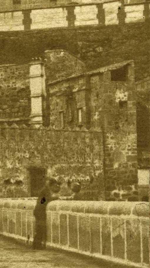 Puerta de Alcántara de la Plaza de Armas del Puente de Alcántara hacia 1860 (detalle de una fotografía estereoscópica)