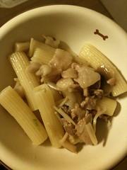 黒犬ご飯、ちょっと早いがあげたよ。前菜はショートパスタ。キノコと豚肉を炒めてバターで味付け。