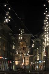 Schtzenbrunnen und Zytgloggeturm / Zeitglockenturm in Bern in der Schweiz (chrchr_75) Tags: city tower history clock night schweiz switzerland suisse nacht swiss hauptstadt brunnen unesco stadt bern christoph svizzera turm altstadt berne nuit schweizer berner ville 1012 berna uhr stadtmauer geschichte mittelalter suissa welterbe zytglogge zytgloggeturm zeitglockenturm kanton chrigu bundesstadt kantonbern brn chrchr hurni chrchr75 chriguhurni  stadtbern zhringerstadt bernerbrunnen zeitglocke albumstadtbern meinbern citybern albumbernerbrunnen zytgloggeturmbern bernergeschichte chriguhurnibluemailch albumschweizindernacht