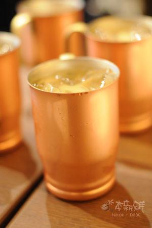 裝在銅杯內的黑糖MILK珈琲