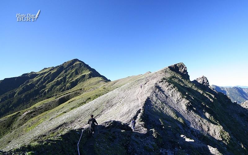 碎石坡與其後的奇萊主峰