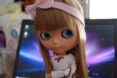 Alice s2 (Bruna Lacrout ☆) Tags: pink white notebook bigeyes doll bokeh alice blueeyes blond blythe feltro bangs custom cuthair rbl wiwi sardas takaratomy primadolly winsomewillow pdww sonya230 ~nãoémacbooksoupobrehahaha~