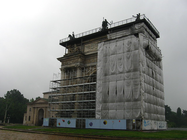 工事中の凱旋門のフリー写真素材