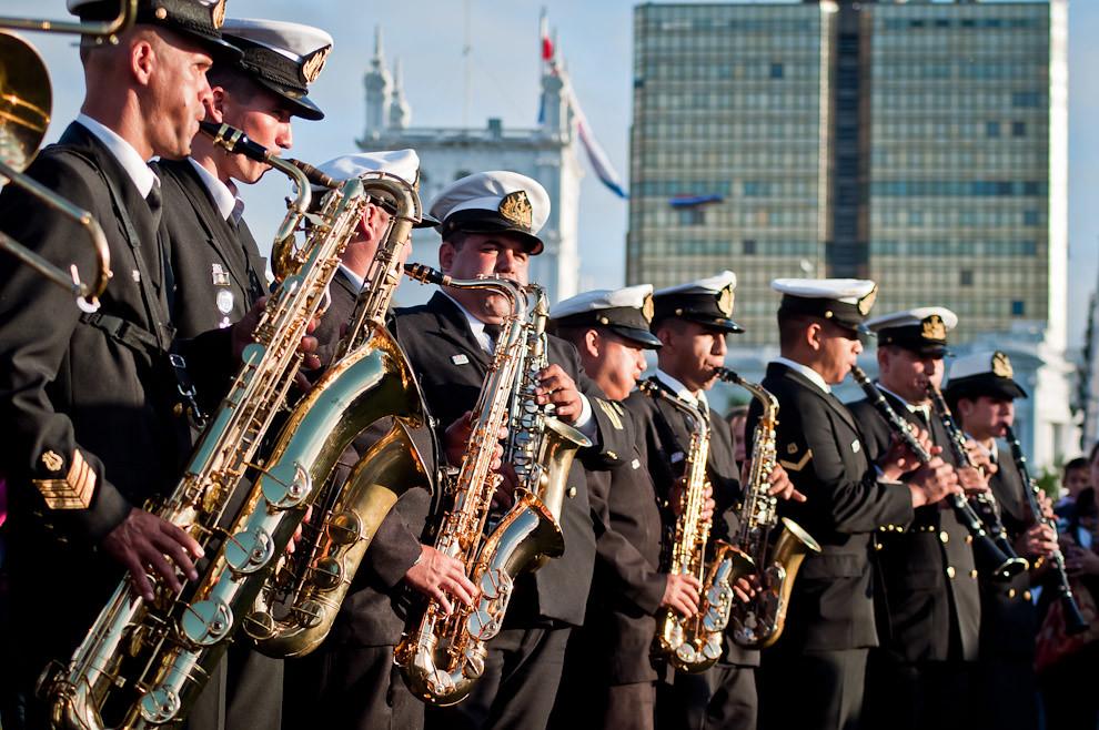 Unos 20 músicos de la Banda de la Armada Paraguaya abrieron el acto en el cual estuvieron presentes jefes castrenses de nuestro país y de naciones fronterizas, el Sábado 14 de Mayo en la Bahía de Asunción. (Elton Núñez - Asunción, Paraguay)