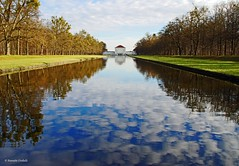Schlosspark Nymphenburg in Mnchen (dorena-wm) Tags: park blue reflection tree green castle water munich mnchen bayern bavaria wasser grn blau schloss bume spiegelung reflektion nymphenburg mirrorser mygearandmepremium mygearandmebronze mygearandmesilver mygearandmegold dorenawm mygearandmeplatinum dblringexcellence tplringexcellence