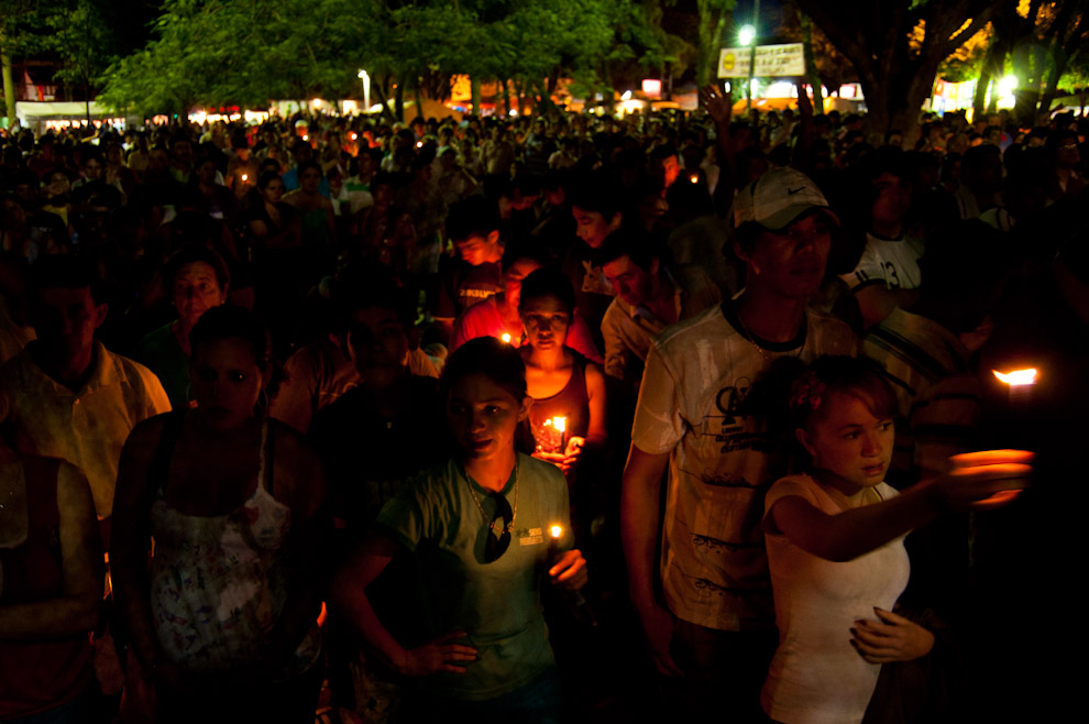Miles de devotos hacen sus Oraciones durante la Vigilia nocturna del 7 de Diciembre esperando las 00:00hs, muchos de ellos sosteniendo una vela encendida como parte de la tradición. (Elton Núñez - Caacupé, Paraguay)