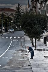el abuelo que barría... (- GD photography -) Tags: street old people portugal persona calle árboles carretera ciudad árbol bata viejo vacaciones braga abuelo 2010 acera barriendo barrer ilustrarportugal