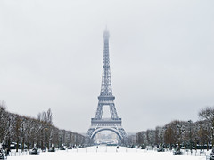 "Tour Eiffel en ""plaque neige"" (KaourDen) Tags: snow paris france tower canon december ledefrance tour eiffel powershot toureiffel champdemars 75007 neige 75 2010 dcembre g11"