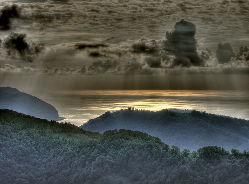 Artvin látkép tengerrel, naplementével és persze hegyekkel