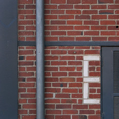 ll El (l'homme de l'autre rive) Tags: wall gris terracotta letters e mur ocre lettres briques volet