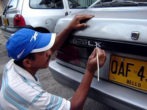 NO ENCUENTRA NADA PARA VER EN TELEVISIÓN Y REPINTA MARCA DE AUTO