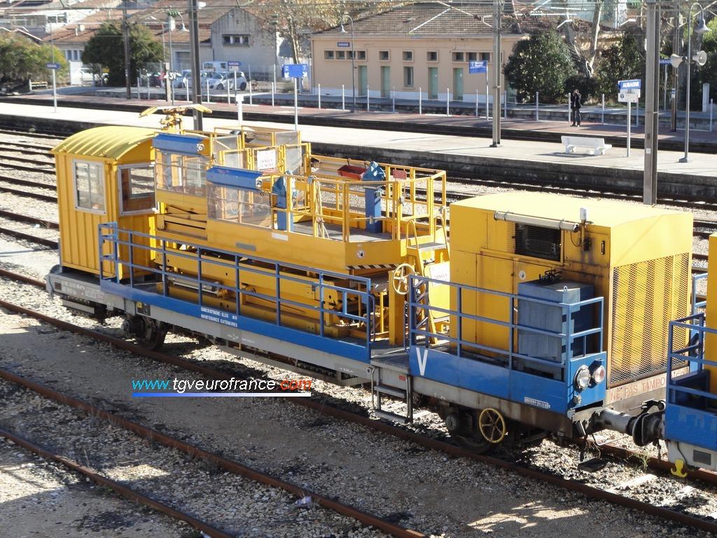 Un automoteur pour la maintenance des caténaires (APMC) en gare d'Aubagne