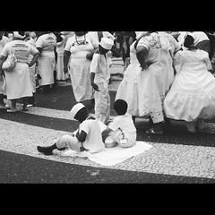 Fé em Copacabana (TEFW) Tags: bw meninos rio riodejaneiro rj saudade pb copacabana viagem amo sonho copa bairro fé baianas calçadão orixá meninada baianinhos thiéleelissa caminhadadaliberdadereligiosa