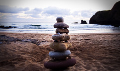 Mantn tu equilibrio (Aidart) Tags: costa beach sunrise sand stones asturias playa arena amanecer olas rocas piedras orilla piramide equilibrio caravia espasa playaespasa