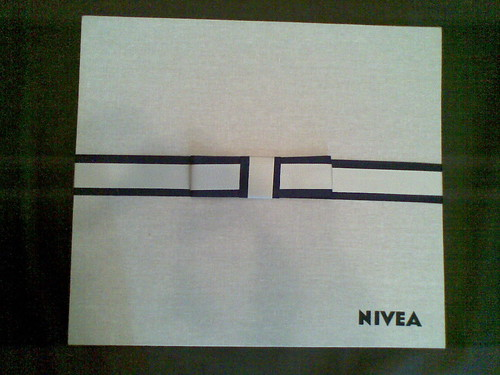 Caixa muito fina que a NIVEA entregou aqui em casa hoje  cedo =)