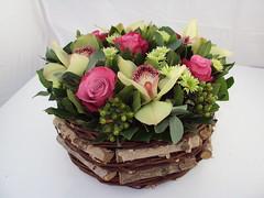 mandje met orchideeen en rozen