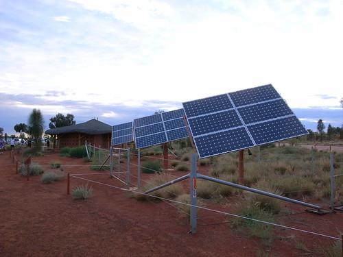 トイレに併設された太陽電池パネル